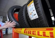 Pirelli, cinquième fabricant mondial de pneumatiques, a revu légèrement à la baisse sa prévision de chiffre d'affaires sur l'année en raison de difficultés sur les marchés latino-américain et russe. /Photo prise le 18 mars 2014/REUTERS/Giorgio Perottino