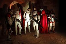 """Gente disfrazada como personajes de las películas de """"La Guerra de las Galaxias"""" participan en un desfile durante un evento turístico en el set de de filmación en Ong Jmal, en Nefta. 3 mayo, 2014. La próxima entrega de la franquicia """"La Guerra de las Galaxias"""" se terminó de filmar y su título será """"Star Wars: The Force Awakens"""", dijo el jueves el estudio Walt Disney. REUTERS/Zoubeir Souissi (TÚNEZ)"""