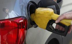 Carro é abastecido em posto de gasolina em São Paulo. 22/08/2013 REUTERS/Paulo Whitaker