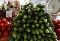 Прилавок с огурцами и помидорами на рынке в Санкт-Петербурге 9 июня 2011 года. Инфляция в России за период с 28 октября по 5 ноября составила 0,3 процента против 0,2 процента неделей ранее, сообщил Росстат. REUTERS/Alexander Demianchuk