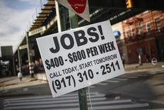 L'économie américaine a créé un peu moins d'emploi que prévu en octobre et le taux de chômage a légèrement diminué à 5,8%, un nouveau plus bas de six ans, selon les chiffres du département du Travail. /Photo d'archives/REUTERS/Shannon Stapleton