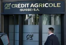 Crédit agricole SA, le véhicule coté du groupe Crédit agricole, est visé par une enquête de l'autorité suisse de la concurrence sur le marché des produits dérivés de taux d'intérêt. /Photo d'archives/REUTERS/Denis Balibouse
