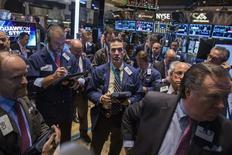 La Bourse de New York a ouvert peu changée lundi, alors que le Dow et le S&P 500 ont clôturé vendredi à des niveaux record, bouclant une troisième semaine consécutive de hausse. Quelques minutes après l'ouverture, l'indice Dow Jones perd 0,04%, le Standard & Poor's 500 grignote 0,01% et le Nasdaq Composite cède 0,09%. /Photo prise le 5 novembre 2014/REUTERS/Lucas Jackson