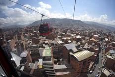 Vista de teleféricos sobre la ciudad de La Paz. Imagen de archivo, 08 abril, 2014. Bolivia crecerá un 5,9 por ciento y tendrá una inflación del 5 por ciento en el 2015, extendiendo el buen desempeño que ha registrado la economía del país en los últimos años, proyectó el lunes el Gobierno. REUTERS/David Mercado