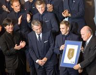 O presidente da Fifa, Joseph Blatter (direita), entrega o prêmio FIFA World Cup Champions Badge para Philipp Lahm, ex-capitão da seleção alemã de futebol, em Berlim, na Alemanha, nesta segunda-feira. 10/11/2014 REUTERS/Hannibal