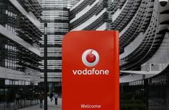 Vodafone relève la partie basse de sa fourchette de prévisions de résultats pour 2014-2015 . Le  numéro deux mondial de la téléphonie mobile a enregistré des performances commerciales au titre du deuxième trimestre de cet exercice moins mauvaises que prévu dans les pays européens. /Photo d'archives/REUTERS/Ina Fassbender