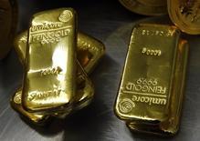 Слитки золота в хранилище ProAurum в Мюнхене 3 марта 2014 года. Цены на золото малоподвижны вблизи четырехлетнего минимума на фоне роста курса доллара. REUTERS/Michael Dalder