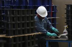 Imagen de archivo de un empleado en la planta de TIM en Huamantla, México, oct 11 2013. La producción industrial de México bajó sorpresivamente en septiembre un 0.1 por ciento después de dos meses de aumentos, afectada por un débil sector constructor y una menor actividad minera, mostraron el martes cifras oficiales. REUTERS/Tomas Bravo