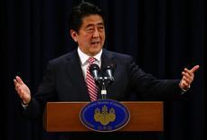 El primer ministro de Japón, Shinzo Abe, en una rueda de prensa en Pekín, nov 11 2014. El primer ministro Shinzo Abe desestimó el martes las críticas que apuntan a que la política monetaria ultraflexible de Japón busca debilitar el yen, cuya caída a un mínimo de siete años contra el dólar ha sembrado inquietud entre naciones exportadoras rivales, como Corea del Sur.  REUTERS/Petar Kujundzic