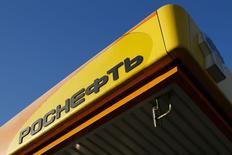 El logo de la principal productora de petróleo rusa, Rosneft, visto en una estación gasolinera en Moscú. Imagen de archivo, 29 octubre, 2014. En momentos en que los precios del petróleo están en mínimos de cuatro años todos los ojos están puestos en un posible recorte de la producción de los países del Golfo Pérsico, pero un descenso de la producción desde Rusia también podría desempeñar un rol en el equilibrio de la oferta. REUTERS/Maxim Shemetov