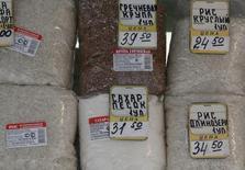 Упаковки с гречкой, рисом и сахаром на рынке в Москве 12 марта 2012 года. Инфляция в России за период с 6 по 10 ноября составила 0,2 процента против 0,3 процента неделей ранее, сообщил Росстат. С начала ноября цены выросли на 0,4 процента, с начала года - на 7,6 процента. REUTERS/Sergei Karpukhin
