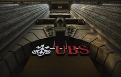 """Imagen del logo del banco suizo UBS en un edificio en Zurich. Imagen de archivo, 19 diciembre, 2012. El organismo regulador suizo FINMA dijo el miércoles que halló un """"intento claro"""" de manipular los valores referenciales de los metales preciosos durante su investigación de operaciones de metales preciosos y monedas en UBS. REUTERS/Michael Buholzer/File"""