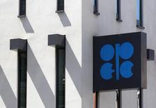 El logo de la OPEP en su sede central en Viena, jun 10 2014. La demanda mundial del crudo de la OPEP durante el 2015 estará muy por debajo de su actual nivel de producción debido al auge del esquisto de Estados Unidos, dijo el cártel el miércoles, mientras que Arabia Saudita mantuvo silencio sobre si reducirá su bombeo para retirar el superávit de petróleo del mercado. REUTERS/Heinz-Peter Bader