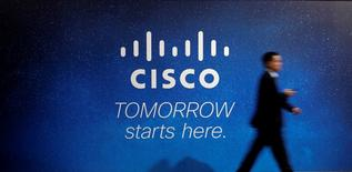 Cisco figure parmi les valeurs à suivre sur les marchés américains au lendemain de la publication, après la clôture de Wall Street, d'un chiffre d'affaires trimestriel meilleur que prévu, grâce notamment à une hausse des commandes pour ses routeurs et commutateurs haut de gamme. /Photo d'archives/REUTERS/Albert Gea