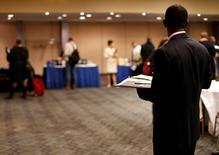 Salon pour l'emploi à New York. Les inscriptions hebdomadaires au chômage ont augmenté plus que prévu aux Etats-Unis lors de la semaine au 8 novembre, à 290.000 contre 278.000 (confirmé) la semaine précédente et 280.000 inscriptions attendues en moyenne par les économistes.  /Photo d'archives/REUTERS/Mike Segar