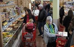 Le sentiment de confiance du consommateur américain s'est amélioré en novembre pour s'inscrire au plus haut depuis plus de sept ans grâce à la baisse du chômage et des prix pétroliers. /Photo prise le 14 février 2014/REUTERS/Rick Wilking