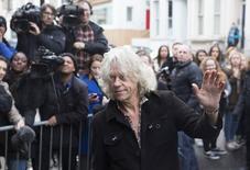 El músico Bob Geldof llega para la grabación de la canción para caridad de Band Aid 30 en el oeste de Londres. 15 de noviembre de 2014. La banda de pop One Direction y el líder de U2, Bono, se unieron el sábado a una grupo de estrellas de la música británica que grabarán una nueva versión de una canción del disco Band Aid para recaudar dinero en la lucha contra el ébola en África. REUTERS/Neil Hall