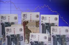 Рублевые купюры на фоне графика изменения курса рубля к доллару США в Варшаве 5 ноября 2014 года. Рубль дешевеет утром понедельника на фоне отрицательной динамики нефти и сохраняющейся вероятности введения новых санкций Евросоюзом против России. REUTERS/Kacper Pempel