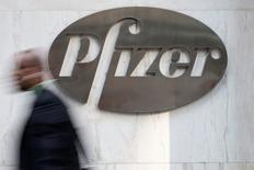 Pfizer a douché au moins provisoirement l'attente par les marchés d'une nouvelle offre sur AstraZeneca en annonçant lundi une alliance avec Merck dans le traitement du cancer par immunothérapie. /Photo d'archives/REUTERS/Andrew Kelly