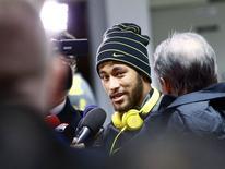 O jogador Neymar fala a jornalistas antes de um treino, em Viena, na Áustria, nesta segunda-feira. 17/11/2014 REUTERS/Leonhard Foeger