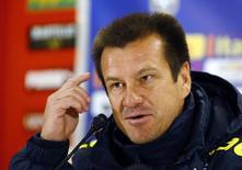 O técnico da seleção brasileira Dunga concede entrevista em Viena nesta segunda-feira.   REUTERS/Leonhard Foeger