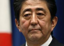 Премьер-министр Японии Синдзо Абэ на пресс-конференции в своей резиденции в Токио 18 ноября 2014 года. Премьер-министр Японии Синдзо Абэ пообещал во вторник отложить запланированное повышение налога с продаж до 10 процентов до апреля 2017 года и провести досрочные выборы. REUTERS/Toru Hanai