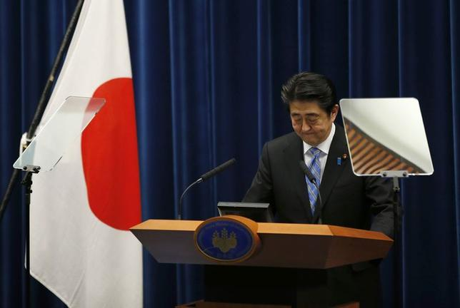 11月18日、安倍晋三首相は来年10月からの10%への消費増税を1年半延期すると表明し、今月21日に衆議院を解散する考えを示した。写真は首相官邸で記者会見をする同首相(2014年 ロイター/Toru Hanai)