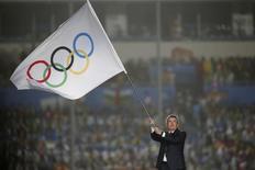 Presidente do Comitê Olímpico Internacional (COI), Thomas Bach, ergue bandeira olímpica durante cerimônia de encerramento dos Jogos da Juventude de Nanjing 2014, na China. 28/08/2014. REUTERS/Aly Song