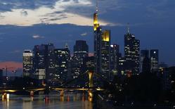 Los rascacielos del distrito bancario son vistos en Frankfurt. Imagen de archivo, 18 septiembre, 2014. La confianza de los analistas e inversores alemanes subió en noviembre por primera vez en lo que va de año, superando las expectativas del mercado, según un sondeo publicado el martes, alentando las esperanzas de una mejora de la principal economía de la zona euro tras evitar la recesión en el tercer trimestre.  REUTERS/Kai Pfaffenbach
