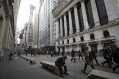 La Bourse de New York a débuté en hausse prudente mardi au lendemain d'un nouveau record de clôture de l'indice Standard & Poor's 500. Quelques minutes après le début des échanges, le Dow Jones gagne 0,02%, le S&P-500 progresse de 0,1% et le Nasdaq prend 0,19%. /Photo d'archives/REUTERS/Brendan McDermid