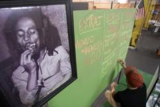 Retrato de Bob Marley ao lado de tabela de preços em mercado de plantadores de maconha medicinal em Los Angeles. 11/07/2014 REUTERS/David McNew