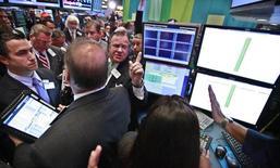 Инвесторы на бирже в Нью-Йорке 26 сентября 2012 года. Некоторые страны Латинской Америки могут показать хорошие результаты в следующем году, но крупнейшая экономика региона, Бразилия, вероятно, окажется в отстающих, считают некоторые квалифицированные американские инвесторы. REUTERS/Brendan McDermid
