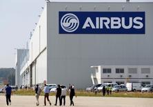 Selon deux sources proches du dossier, Airbus a remporté auprès de Delta Air Lines une commande portant sur 50 gros porteurs de l'avionneur européen, représentant quelque 14 milliards de dollars sur la base des prix catalogue. /Photo d'archives/REUTERS/Régis Duvignau