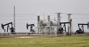 Станки-качалки на нефтяном месторождении Rumeilan  в Сирии 11 декабря 2013 года. Цены на нефть растут за счет хороших экономических показателей США и ожиданий, что ОПЕК решит снизить добычу на совещании 27 ноября. PREUTERS/Rodi Said
