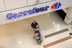 L'Autorité de la Concurrence autorise le groupe Carrefour à racheter les activités du distributeur espagnol Dia en France à condition toutefois qu'il se sépare de 56 magasins, afin d'éviter une trop forte concentration, notamment en région parisienne.  /Photo d'archives/REUTERS/Charles Platiau
