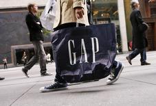 Gap est une des valeurs à suivre vendredi à Wall Street. Le groupe de prêt-à-porter a réduit ses prévisions de résultats pour l'exercice clos fin février au vu de la baisse de la demande pour sa marque éponyme et du ralentissement de la croissance d'Old Navy, son enseigne d'entrée de gamme. /Photo d'archives/REUTERS/Lucas Jackson