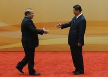 Le président chinois, Xi Jinping (à droite), accueille le Premier ministre pakistanais, Nawaz Sharif. Près de 46 milliards de dollars (37 milliards d'euros) de projets d'infrastructures et d'énergie vont être construits au Pakistan par des entreprises chinoises elles-mêmes financées par Pékin et par des banques chinoises. /Photo prise le 8 novembre 2014/REUTERS/Kim Kyung-Hoon