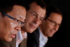 Jiannong Qian, directeur général de Fosun, le PDG de Club Méditerannée Henri Giscard d'Estaing et son directeur financier Michel Wolfovski (de gauche à droite). Le conglomérat chinois Fosun a indiqué vendredi être en discussions avec l'investisseur brésilien Nelson Tanure en vue d'une éventuelle nouvelle offre pour le rachat du Club Méditerranée. /Photo prise le 12 septembre 2014/REUTERS/Christian Hartmann