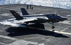 U.S. Navy test pilot Ted Dyckman makes a successful landing of a Lockheed Martin Corp's F-35C Joint Strike Fighter on an aircraft carrier using its tailhook system, while off the coast of California, November 3, 2014. REUTERS/Mike Blake
