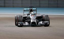Mercedes Formula One driver Lewis Hamilton of Britain drives during the qualifying session of the Abu Dhabi F1 Grand Prix at the Yas Marina circuit in Abu Dhabi November 22, 2014.  REUTERS/Ahmed Jadallah