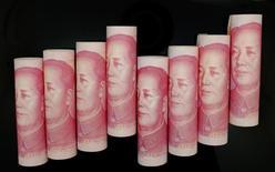 Los líderes chinos y su banco central están dispuestos a recortar de nuevo los tipos de interes y también a flexibilizar las restricciones al crédito al preocuparles que la caída de precios pueda devenir en un repunte de los impagos, quiebras y desempleo, dijeron fuentes implicadas en la política monetaria del país.   En la imagen de archivo billetes de 100 yuan en Pekín el 5 de noviembre de 2013. REUTERS/Jason Lee