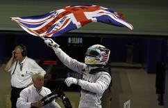 Piloto Lewis Hamilton da Mercedes agita bandeira do Reino Unido após vencer GP de Abu Dhabi e conquistar bicampenato na F1. REUTERS/Hamad I Mohammed
