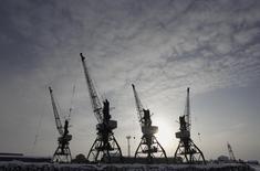 Краны в порту Нарьян-Мара 23 февраля 2012 года. Российская экономика может завершить 2014 год ростом выше прогнозных 0,5 процента, сказал профильный министр. REUTERS/Anton Golubev