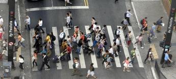 Personas caminan por un paso peatonal en el distrito financiero de avenida Paulista. Imagen de archivo, 08 abril, 2014.  El índice de confianza del consumidor brasileño retrocedió un 6,1 por ciento en noviembre frente a octubre, a 95,3 puntos desde 101,5 puntos, el menor nivel desde diciembre del 2008, dijo el lunes la privada Fundación Getulio Vargas (FGV). REUTERS/Paulo Whitaker