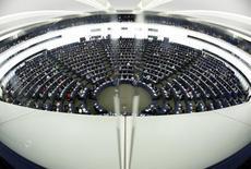 Les députés européens devraient se prononcer jeudi sur une motion proposant une scission de Google et d'autres grands groupes internet, un vote qui vise surtout à inciter Bruxelles à durcir le ton envers les entreprises concernées. Le projet propose de séparer les moteurs de recherche sur internet des autres services commerciaux afin d'assurer un traitement équitable de l'ensemble des acteurs du secteur internet en Europe. /Photo prise l e1er juillet 2014/REUTERS/Vincent Kessler