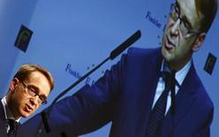 """El presidente del Bundesbank, Jens  Weidmann, habla en el congreso de bancos europeos en Frankfurt. Imagen de archivo, 21 noviembre, 2014. El Banco Central Europeo podría encontrarse con """"límites legales"""" si decide tomar medidas adicionales para afrontar la baja inflación, dijo el lunes el presidente del Bundesbank alemán, al hacer un llamado a mantener el foco en el crecimiento de la zona euro en lugar de las compras de bonos soberanos.      REUTERS/Kai Pfaffenbach"""