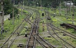 Люди переходят железнодорожные пути в Тбилиси 7 июня 2012 года. Москва предложила восстановить железнодорожное сообщение с Тбилиси из отколовшейся от Грузии автономии в стремлении восстановить сотрудничество на Южном Кавказе, подорванное короткой войной России и Грузии в августе 2008-го. REUTERS/David Mdzinarishvili