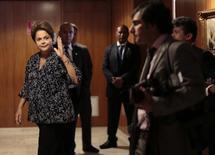 La presidenta de Brasil, Dilma Rousseff, saluda luego de una reunión en el palacio Planalto en Brasilia. Imagen de archivo, 07 noviembre, 2014.  Rousseff anunciará el jueves que Joaquim Levy será su nuevo ministro de Hacienda y que asumirá el cargo a partir de la semana próxima, dijo a Reuters una fuente familiarizada con el tema. REUTERS/Ueslei Marcelino