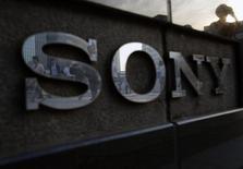El logo de Sony Corp a las afueras de su salón de muestras en Tokio, jul 16 2014. Sony Pictures Entertainment dijo que su sistema de computación estaba caído por segundo día consecutivo, luego de reportes de medios sobre un importante ciberataque contra el estudio de cine y televisión. REUTERS/Yuya Shino