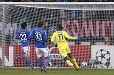 O jogador Didier Drogba (direita), do Chelsea, comemora gol contra o Schalke 04 durante jogo da Liga dos Campeões pelo Grupo G, em Gelsenkirchen, na Alemanha, nesta terça-feira. 25/11/2014 REUTERS/Wolfgang Rattay
